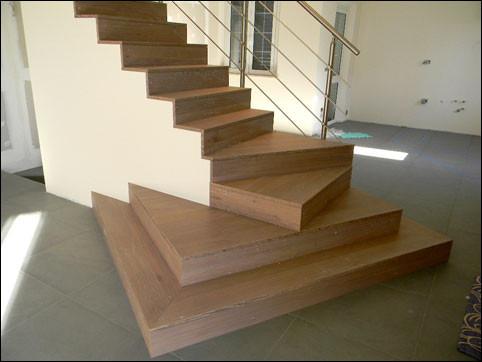 Colori del legno e del metallo di scale trabattelli for Scale per librerie in legno